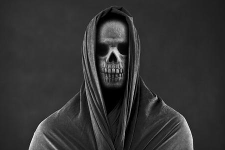 Sensenmann in der Dunkelheit Standard-Bild
