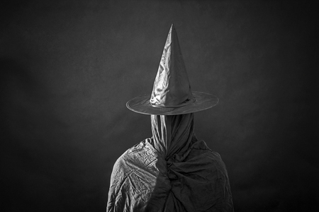Ghostly figure with long hat in the dark Imagens - 114278695