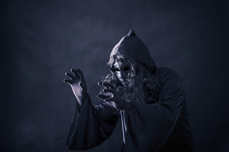 The witch in hooded cloak Imagens - 117336804