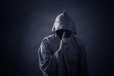 Chiffre effrayant en cape à capuche