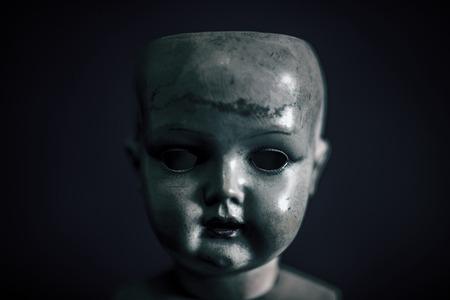 Poupée effrayante dans le noir Banque d'images