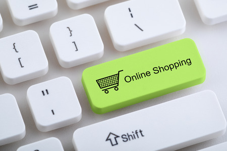 Computertoetsenbord met knop voor online winkelen Stockfoto