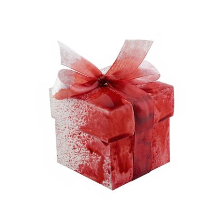 Boîte cadeau sanglante isolé sur fond blanc Banque d'images