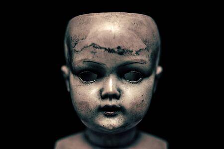 Muñeca espeluznante en la oscuridad Foto de archivo