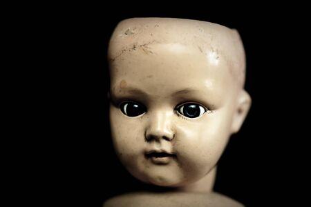 Gruselige Puppe im Dunkeln