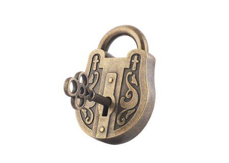 Candado vintage y llave aislado sobre fondo blanco. Foto de archivo