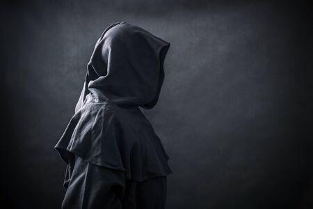 Scary figure in hooded cloak Stockfoto
