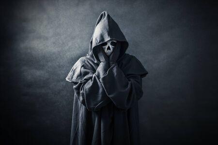 Geisterhafte Figur im Kapuzenmantel Standard-Bild