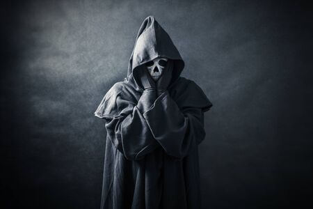 Ghostly figure in hooded cloak Imagens