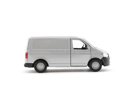 Transport silberner Lieferwagen auf weißem Hintergrund