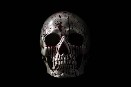 Crâne humain dans le sang isolé sur fond noir
