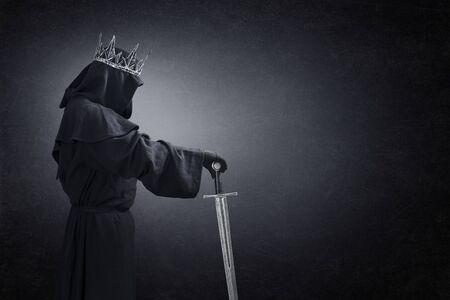 Geist einer Königin oder eines Königs mit mittelalterlichem Schwert im Dunkeln