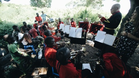 KENYA, KISUMU - MAY 20, 2017: Concert of an African band with a Caucasian dryer in the open air in sunny day. Redakční