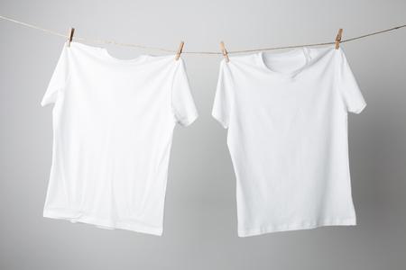 T-shirt sur la corde Mock-up, prêt à remplacer votre conception