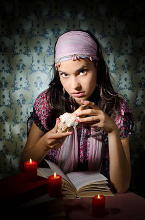 adivino: Mujer joven jugando adivina Foto de archivo