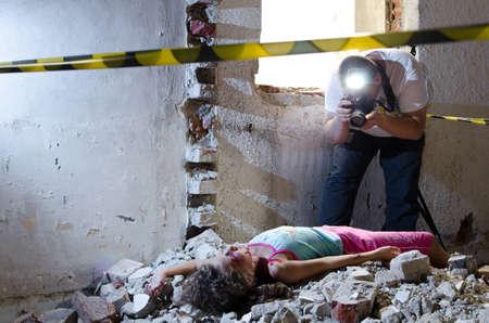 uccidere: Fotografo scattare foto a una scena del crimine