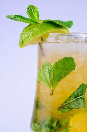 zomers drankje: Klassieke Virgin Mojito zomer drinken met alcohol met kalk Stockfoto
