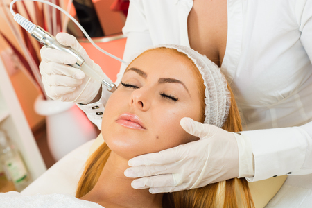 traitement: une belle femme recevant un traitement facial