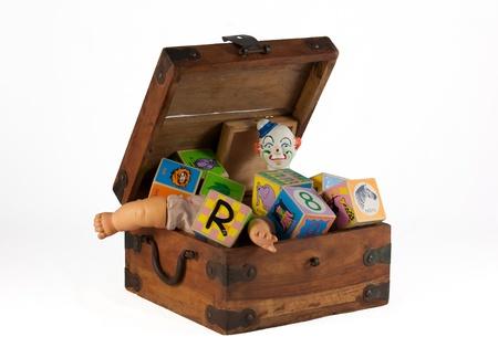 juguetes de madera: Caja de juguetes de la vendimia con el payaso, mu�eca, bloques aislados en blanco
