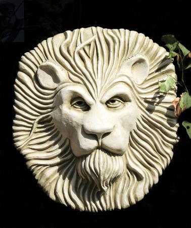 placa bacteriana: Cara del león escultura jardín placa Foto de archivo