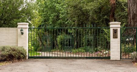 Le strutture metalliche dell & # 39 ; ingresso verde del terrazzo hanno messo nella recinzione di mattoni Archivio Fotografico - 82332296