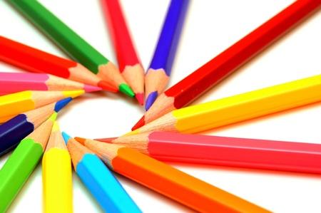 흰색 배경에 색 연필