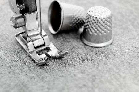 Die Nähmaschine und Fingerhüte auf einem Stoff Standard-Bild - 13807083