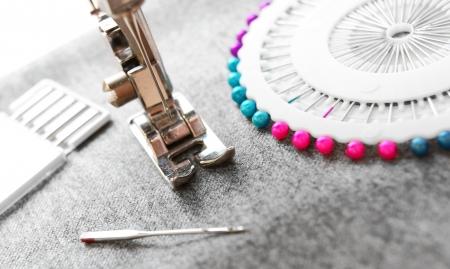 Die Nähmaschine und Nadeln auf einem Stoff Standard-Bild - 13807141