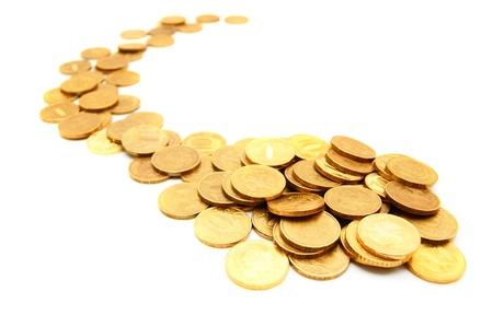 cash money: Las monedas de oro sobre un fondo blanco Foto de archivo