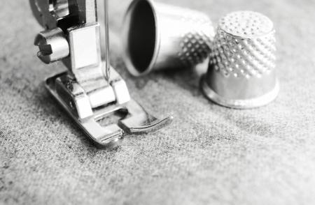 maquina de coser: Dedales y la m�quina de coser Foto de archivo