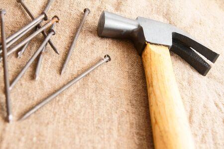 the hammer: Martillo y clavos en una tela.