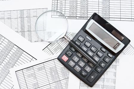 contabilidad: La calculadora y la lupa en los documentos