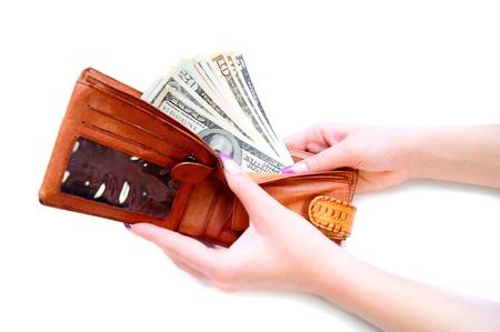bolsa dinero: Monedero con dinero en las manos. En un fondo blanco.
