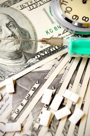 Heures, des comprimés et une seringue sur le dollar Banque d'images - 17218014