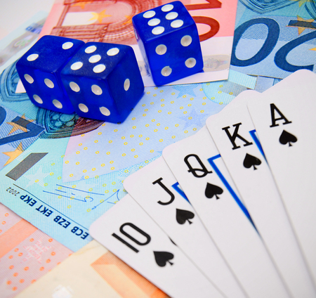 jeu de carte: Dés et cartes à jouer sur l'argent. Banque d'images