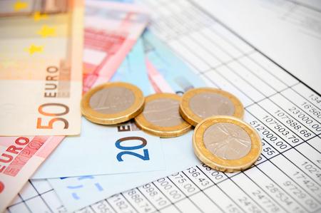dinero euros: Euros de dinero y documentos.
