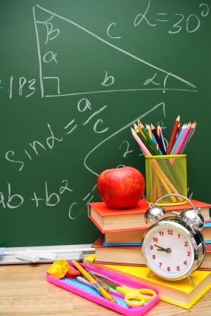 Un réveil, livres et accessoires scolaires Banque d'images - 22647603