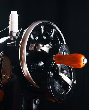 La m�quina de coser sobre fondo negro. photo