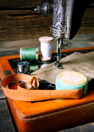 La m�quina de coser y herramientas. Coser de la vendimia. photo