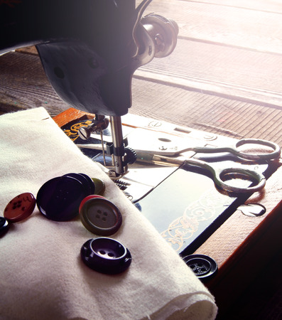 봉제. 봉제 기계 및 액세서리 (실, 바늘, 가위). 스톡 콘텐츠