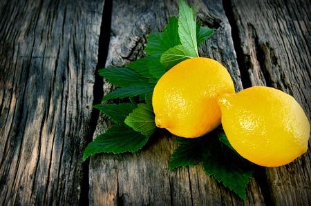 레몬. 나무 보드에.