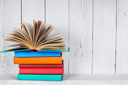 다른 멀티 책에 대한 책. 나무 선반에. 나무, 흰색 배경입니다.