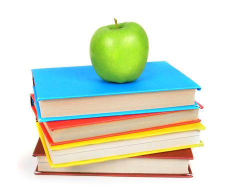 책과 사과. 흰색 배경에.