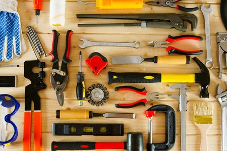 나무 배경에 많은 작업 도구. 스톡 콘텐츠