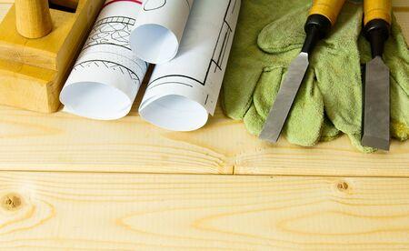 herramientas de trabajo: Los trabajos de reparación. Dibujos para la construcción y herramientas de trabajo en el fondo de madera.
