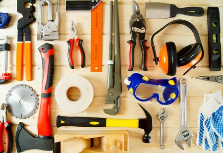 Viele Werkzeuge auf einem hölzernen Hintergrund. Standard-Bild - 37675697