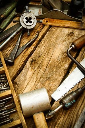 빈티지 작업 도구 (톱, 비행기, 펜 치 및 다른 사람) 나무 배경에. 스톡 콘텐츠