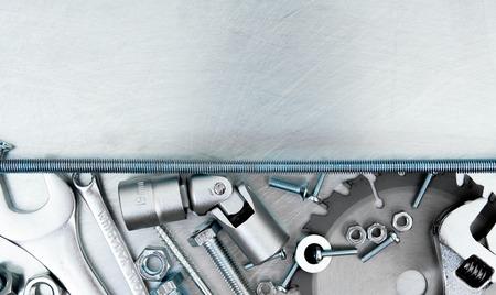 금속 프레임 및 긁힌 된 금속 배경에 많은 작업 도구.