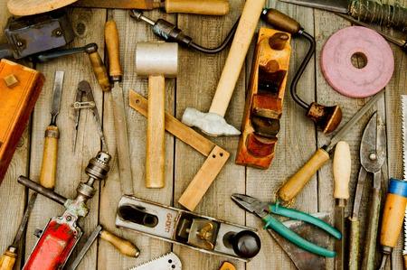 herramientas de carpinteria: Herramientas de trabajo de la vendimia en fondo de madera. Foto de archivo