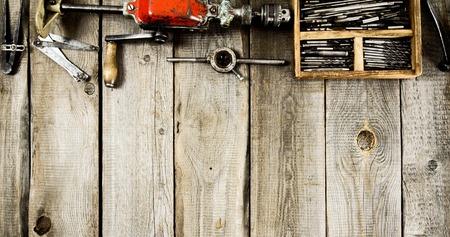 herramientas de carpinteria: Muchas de las herramientas de trabajo sobre un fondo de madera.
